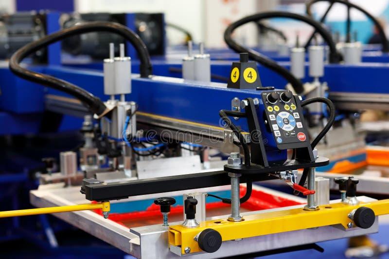 ?cran automatique de T-shirt imprimant la machine rotatoire photo libre de droits