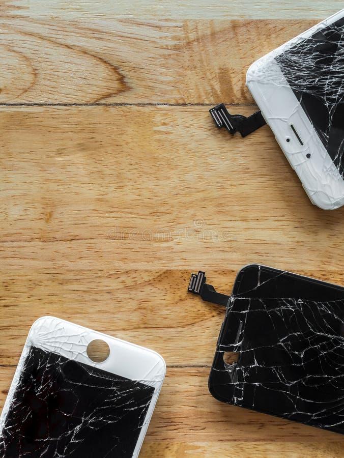 Écran criqué de smartphone sur le fond en bois images stock