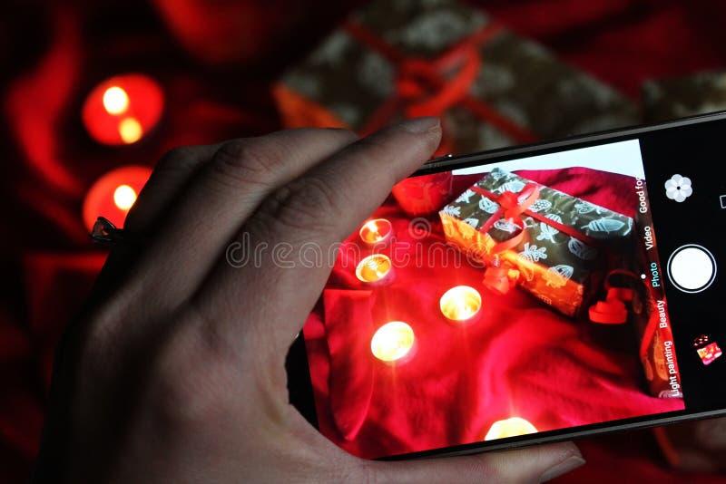 Écran d'appareil-photo avec la lumière de bougie de présent de photo photographie stock libre de droits