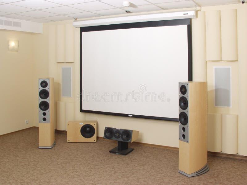Écran de projection dans le théâtre à la maison. photo stock