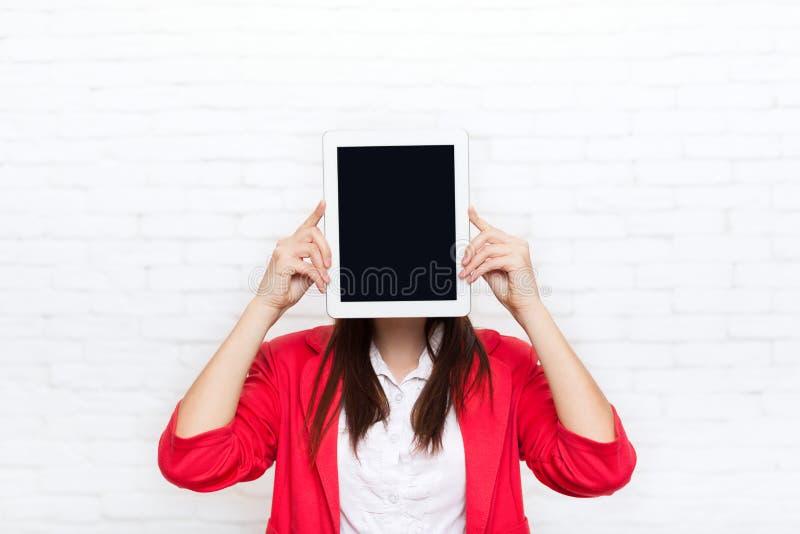 Écran de tablette d'exposition de femme d'affaires avec le sourire heureux de copie de l'espace d'usage en verre rouges vides de  photos libres de droits