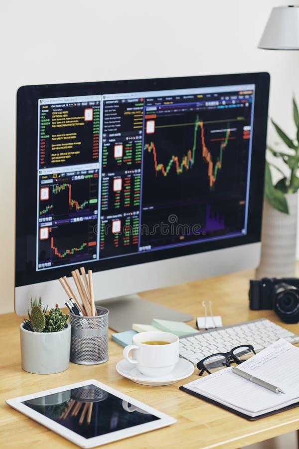 Écran informatique avec graphiques boursiers photographie stock