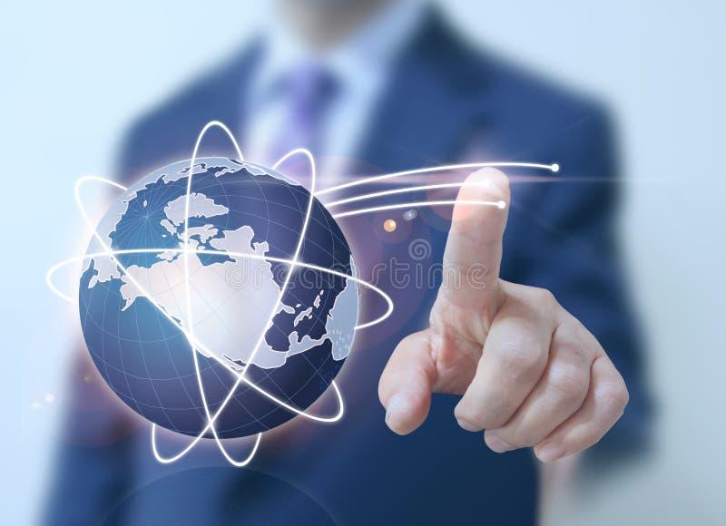 Écran numérique du monde de contact d'homme d'affaires image libre de droits