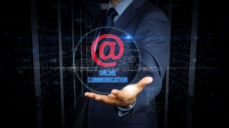 Écran tactile d'homme d'affaires avec à l'hologramme de courrier photo stock