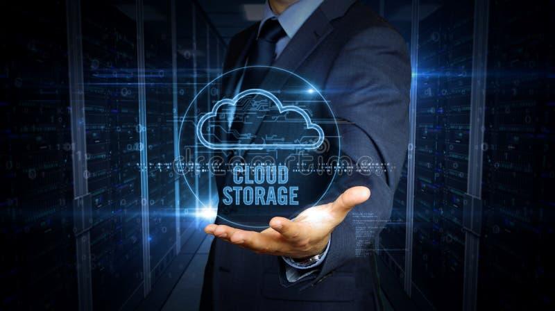 Écran tactile d'homme d'affaires avec l'hologramme de nuage images stock