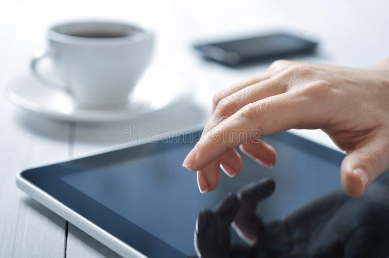 Écran tactile de doigt sur le tablette-PC photo libre de droits