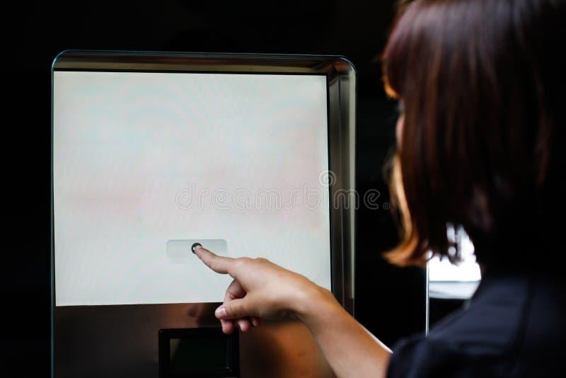 Écran tactile de femme photo libre de droits