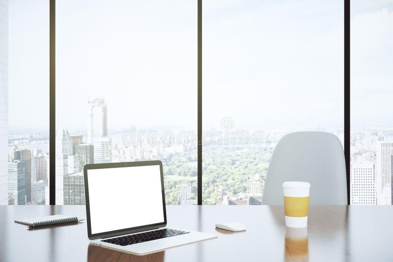 Écran vide d'ordinateur portable et de tasse de papier sur la table avec le cha blanc photographie stock libre de droits