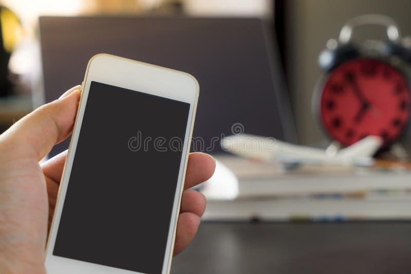 Écran vide de Smartphone dans le thème de voyage d'affaires images libres de droits