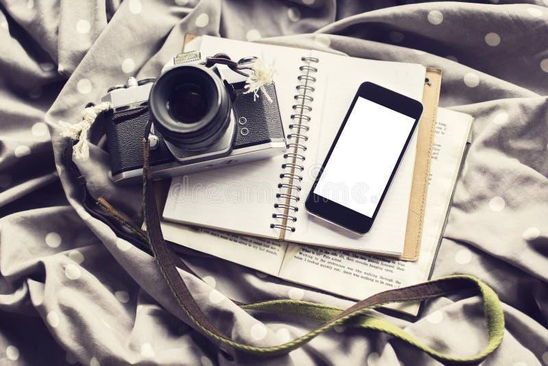 Écran vide de téléphone portable avec l'appareil-photo de style ancien, le journal intime et le livre, m photos libres de droits