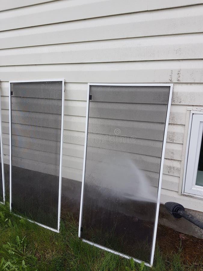 Écrans de fenêtre de lavage de pression photos stock