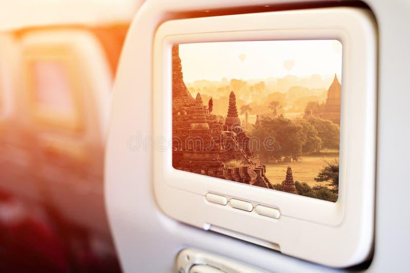 Écrans du siège arrière TV de divertissement d'avions en vol image stock