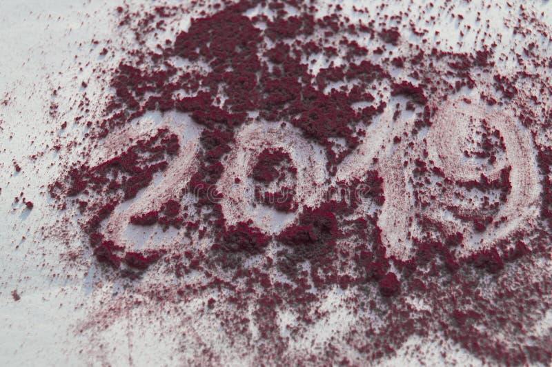 Écrasé rougissez et saupoudrez dans des couleurs lumineuses à la mode sur le fond blanc L'inscription 2019 photos stock