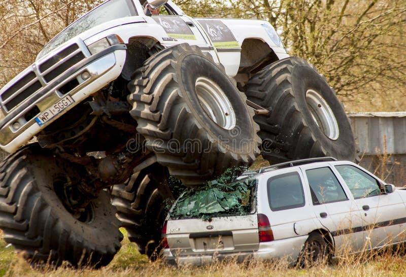 Écrasement de camion de monstre à la vieille voiture pendant le Motoshow en Pologne images libres de droits