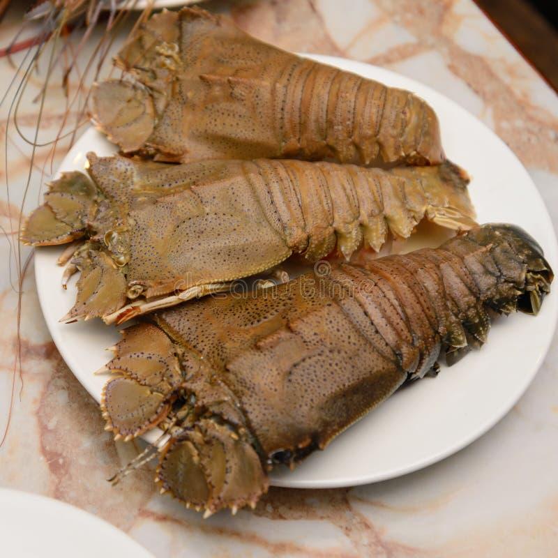 Écrevisse, qui est des fruits de mer d'un plat blanc image stock