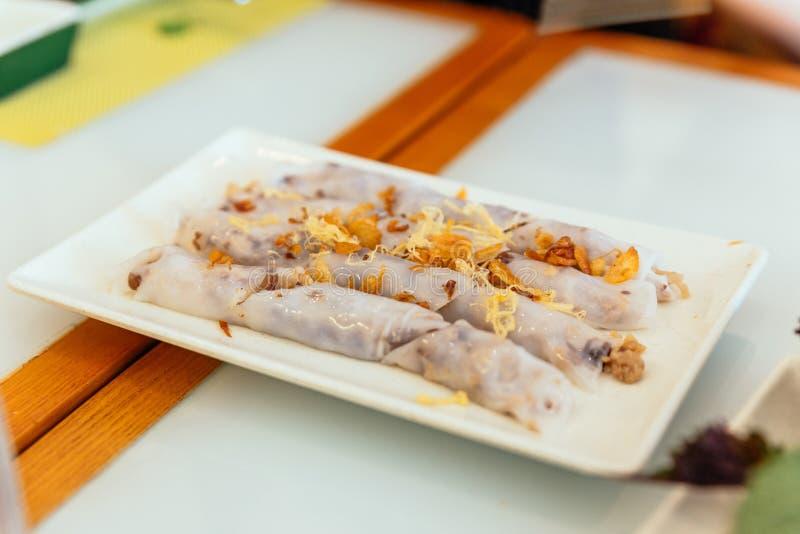Écrimage frais vietnamien de Rolls de ressort avec l'ail et servi dans le plat blanc au restaurant à Hanoï, Vietnam image stock