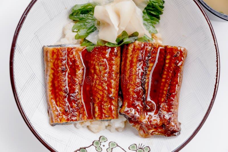 Écrimage japonais de bol de riz d'Unadon avec l'anguille d'eau douce japonaise grillée avec de la sauce à Teriyaki servie avec du image stock