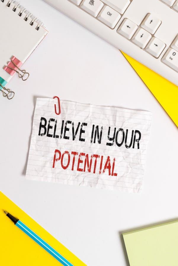 Écrire des mots Croyez en votre potentiel Concept d'entreprise pour avoir confiance en soi motiaver vous inspirer Flat images stock