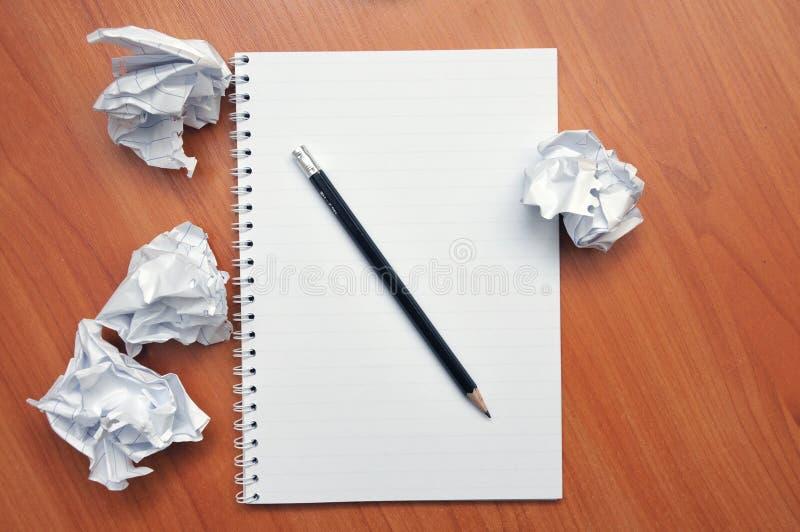 Écrit dans un carnet autour d'un papier chiffonné photographie stock libre de droits
