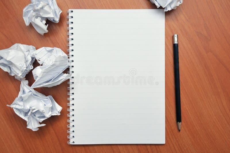 Écrit dans un carnet autour d'un papier chiffonné images libres de droits