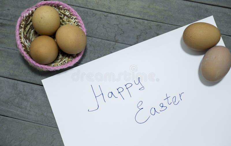 Écrit le mot : Joyeuses Pâques avec quelques oeufs photos libres de droits