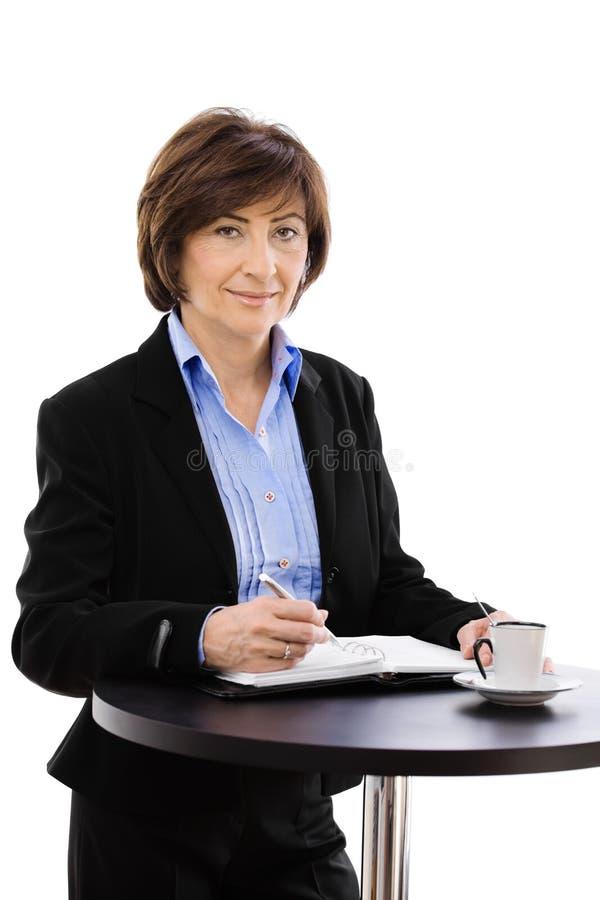Download écriture Aînée De Femme D'affaires Photo stock - Image du café, confiant: 8672508