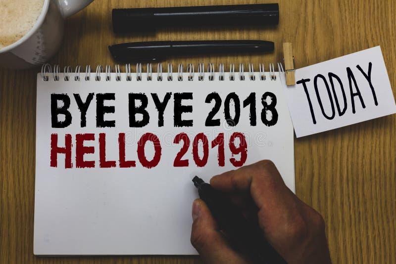 Écriture conceptuelle de main montrant à au revoir 2018 bonjour 2019 Le texte de photo d'affaires commençant le message de motiva photographie stock libre de droits