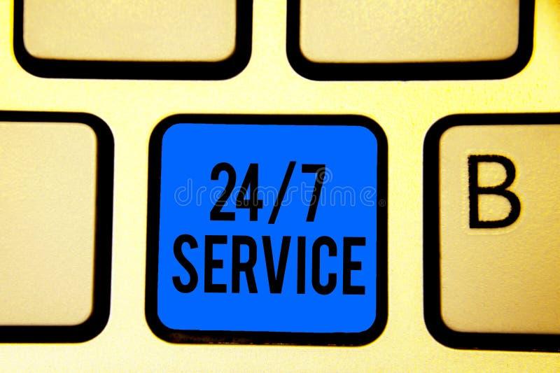 Écriture conceptuelle de main montrant à 24 7 le service Texte de photo d'affaires toujours disponible pour servir des courses co image stock
