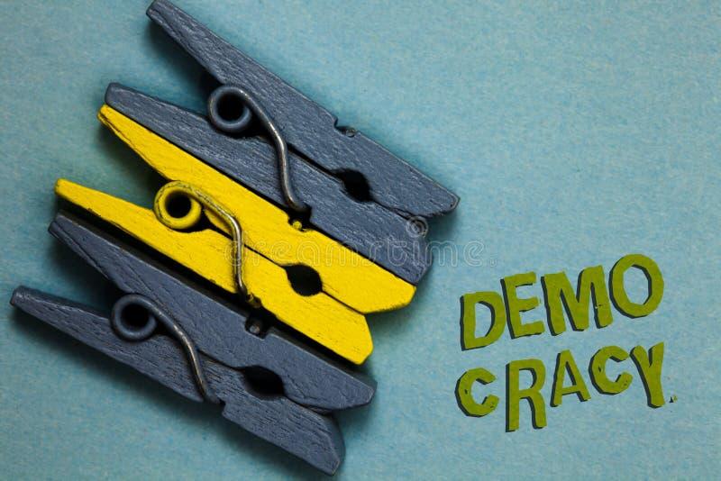 Écriture conceptuelle de main montrant Demo Cracy Liberté des textes de photo d'affaires des personnes pour exprimer leurs sentim photo libre de droits
