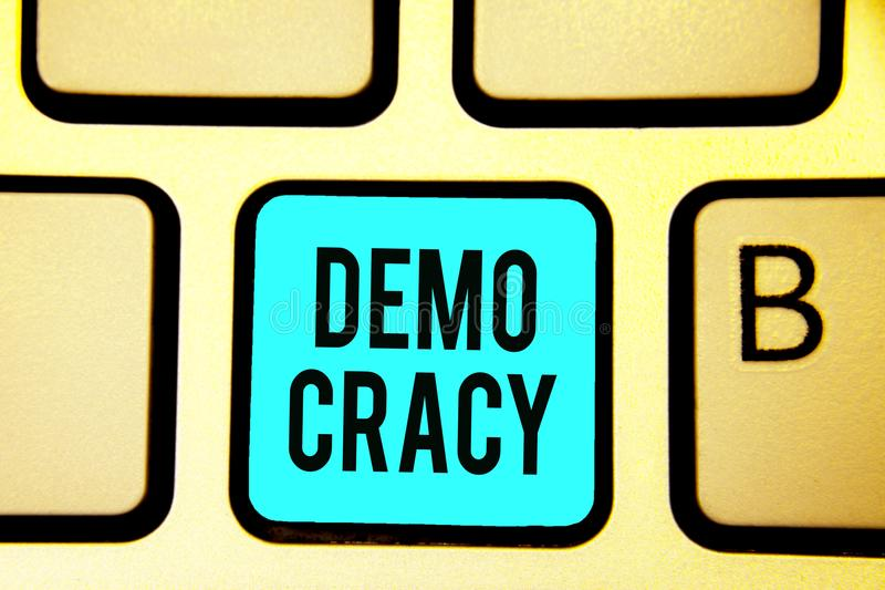Écriture conceptuelle de main montrant Demo Cracy Liberté de présentation de photo d'affaires des personnes pour exprimer leurs s photographie stock libre de droits