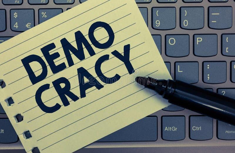 Écriture conceptuelle de main montrant Demo Cracy Liberté de présentation de photo d'affaires des personnes pour exprimer leurs s image libre de droits