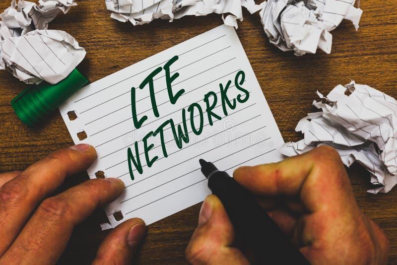 Écriture conceptuelle de main montrant des réseaux de Lte La connexion réseau la plus rapide des textes de photo d'affaires dispo images libres de droits
