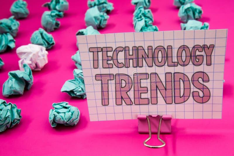Écriture conceptuelle de main montrant des tendances de technologie Photo d'affaires présentant tendant nouveau à la mode viral m photo libre de droits