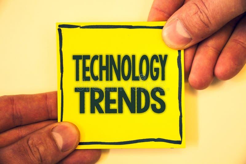 Écriture conceptuelle de main montrant des tendances de technologie Texte de photo d'affaires tendant le développement avancé vir photos libres de droits