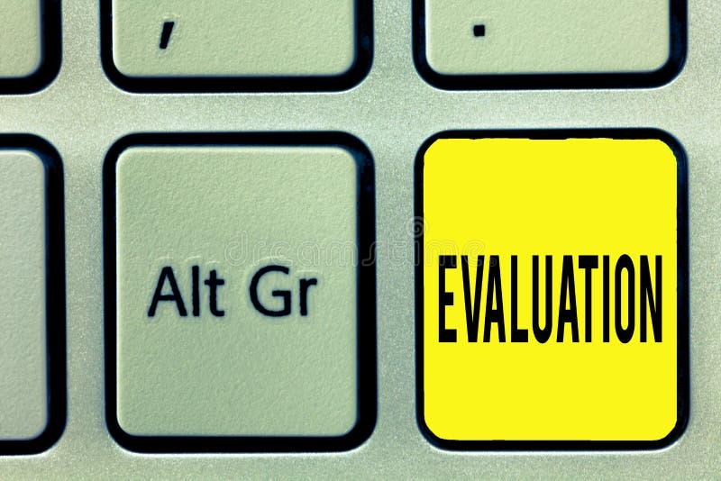 Écriture conceptuelle de main montrant l'évaluation La rétroaction de jugement des textes de photo d'affaires évaluent le perfora photo libre de droits