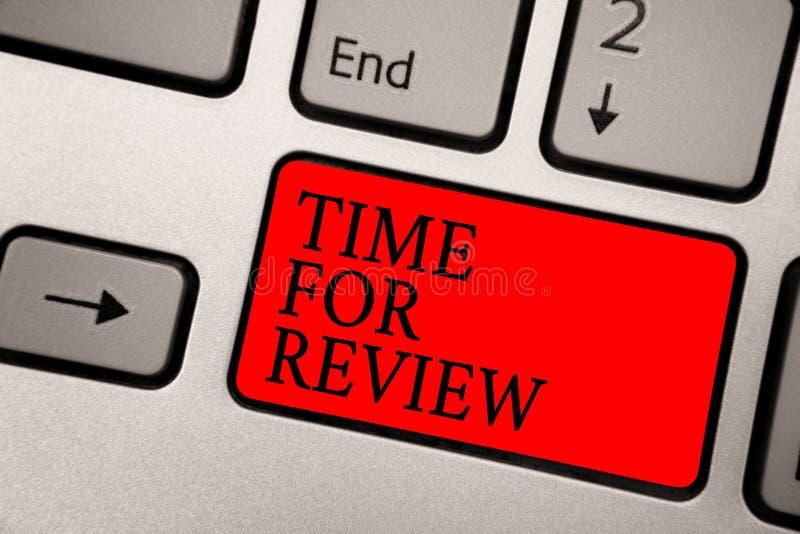 Écriture conceptuelle de main montrant l'heure pour l'examen Représentation Rate Assess de moment de retour d'évaluation des text photographie stock libre de droits