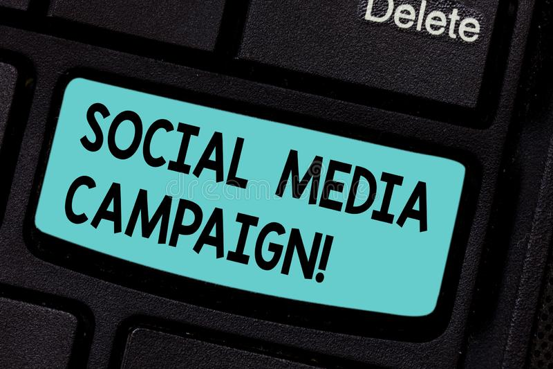 Écriture conceptuelle de main montrant la campagne sociale de médias Utilisation de présentation de photo d'affaires des réseaux  photos stock