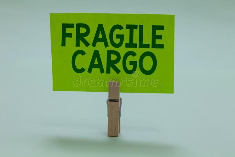 Écriture conceptuelle de main montrant la cargaison fragile Photo d'affaires présentant la poignée cassable avec le verre d'envel image stock