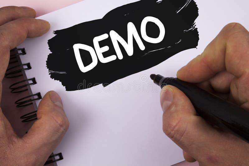Écriture conceptuelle de main montrant la démo La démonstration des textes de photo d'affaires des produits par des fournisseurs  images stock