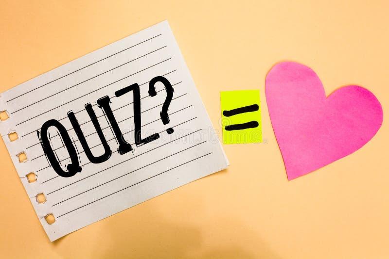 Écriture conceptuelle de main montrant la question de jeu-concours Photo d'affaires présentant l'examen court d'évaluation d'essa image stock