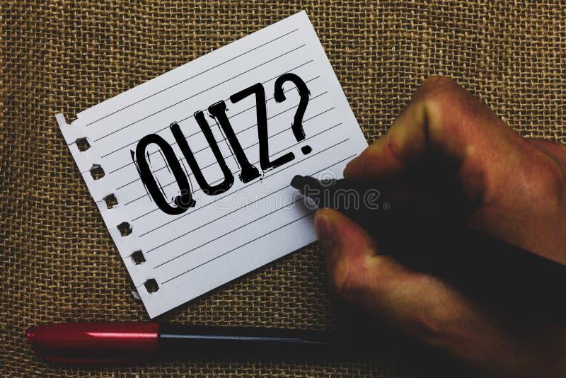 Écriture conceptuelle de main montrant la question de jeu-concours Photo d'affaires présentant l'examen court d'évaluation d'essa images stock