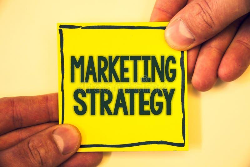 Écriture conceptuelle de main montrant la stratégie marketing CCB grisonnant d'organisation pour la recherche de créativité de fo photographie stock libre de droits