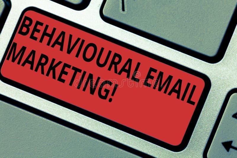 Écriture conceptuelle de main montrant le marketing comportemental d'email Transmission de messages customercentric de base de dé image stock
