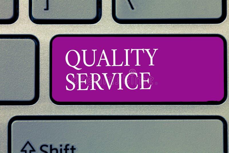 Écriture conceptuelle de main montrant le service de qualité Texte de photo d'affaires à quel point le service fourni se conforme photos stock