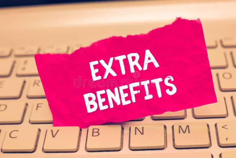 Écriture conceptuelle de main montrant les avantages supplémentaires Allocations supplémentaires d'incitations de subventions de  photographie stock
