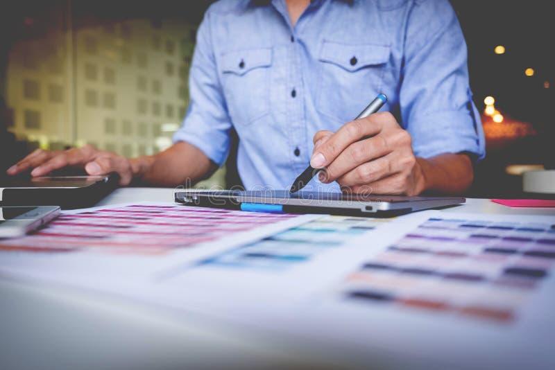 Écriture créative d'homme d'affaires ou de concepteur sur le comprimé graphique tandis que photos stock