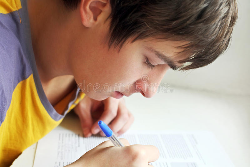 Écriture d'adolescent photo libre de droits