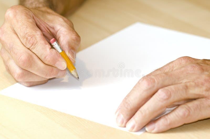 Écriture d'homme avec le crayon court photo stock