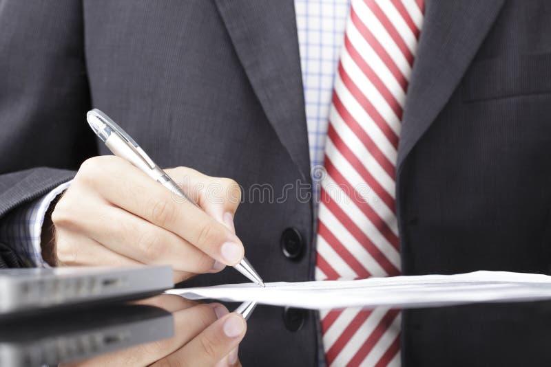 Écriture d'homme d'affaires sur une forme photo stock