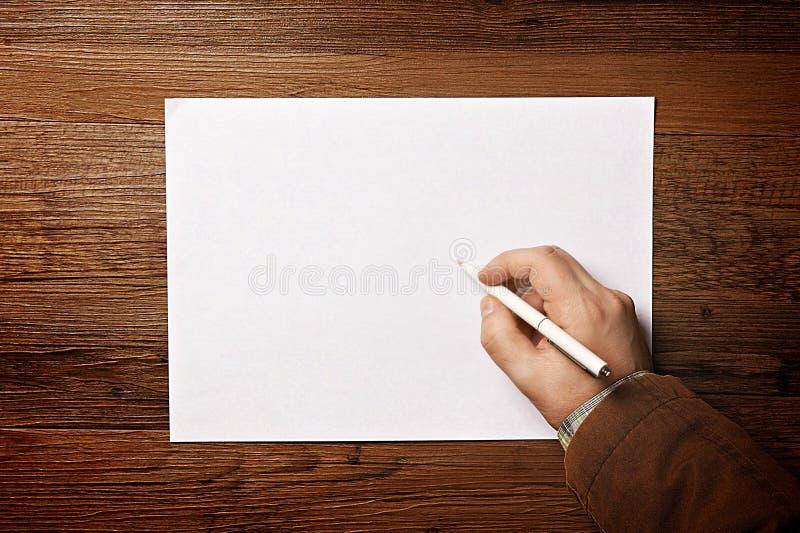 Écriture d'homme sur le papier images libres de droits
